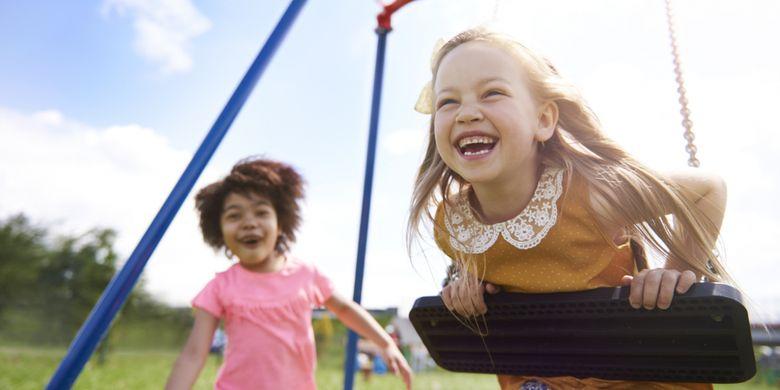 Ilustrasi anak-anak bermain di luar rumah