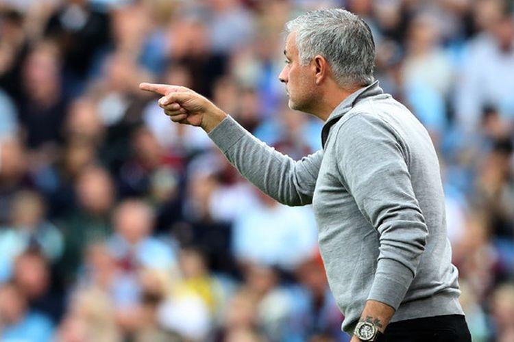 Ekspresi pelatih Manchester United, Jose Mourinho, dalam laga Liga Inggris kontra Burnley di Stadion Turf Moor, Burnley pada 2 September 2018.