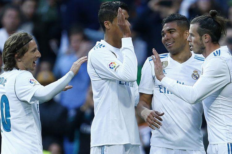 Para pemain Real Madrid merayakan gol ke gawang Celta Vigo dalam laga La Liga Spanyol 2017-2018 di Stadion Santiago Bernabeu, Madrid, pada Sabtu (12/5/2018).