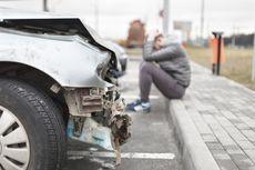 Sopir Ngantuk, Mobil Tabrak Pembatas Jalan dan Terguling di Rawamangun