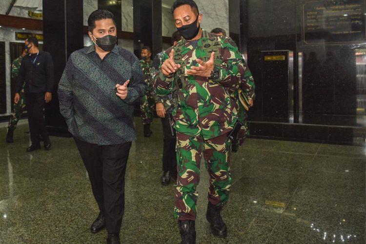 Kepala Staf Angkatan Darat (KSAD) Jenderal TNI Andika Perkasa (kanan) ditunjuk menjadi Wakil Ketua Komite Pelaksana Penanganan Covid-19 dan Pemulihan Ekonomi Nasional. Andika akan membantu Erick Thohir (kiri) yang merupakan Menteri Badan Usaha Milik Negara (BUMN) sekaligus dalam melakukan penanganan Covid-19. Foto diambil di Jakarta, Jumat (7/8/2020).