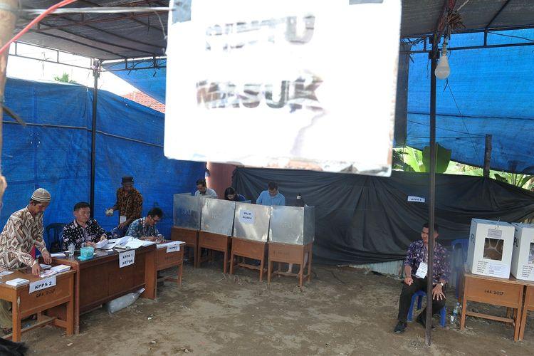 Warga melakukan pemungutan suara susulan dalam pemilu serentak 2019 di TPS 22 Payo Selincah, Paal Merah, Jambi, Kamis (18/4/2019). KPU menyebutkan sebanyak 2.249 TPS di sejumlah daerah melaksanakan pemungutan suara susulan karena keterlambatan distribusi logistik dan terkendala bencana alam banjir, di antaranya di Jayapura, Banggai, dan Jambi. ANTARA FOTO/Wahdi Septiawan/foc.