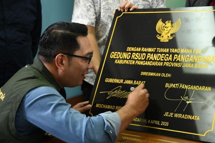 Gubernur Jawa Barat Ridwan Kamil saat menandatangani prasasti peresmian rumah sakit Pandega Pangandaran di Bandung, Sabtu (4/4/2020).