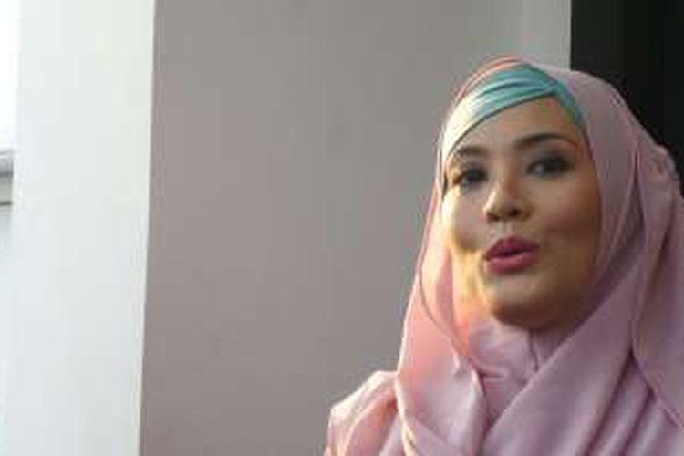 Elma Theana diabadikan di kawasan Pondok Pinang, Kebayoran Lama, Jakarta Selatan, Jumat (9/9/2016).