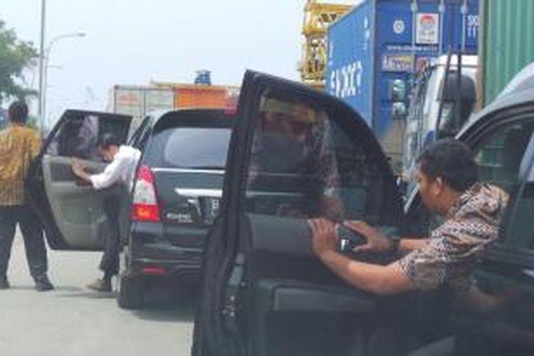 Gubernur DKI Jakarta Joko Widodo terjebak kemacetan di jalur Cakung-Cililincing, Senin (11/2/2014).