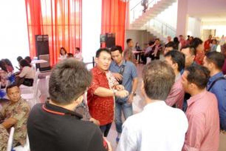 Andy K. Natanael, Presiden Direktur PT Mitra Sindo Sukses (batik merah) sedang menjelaskan keunggulan ruko The Boulevard kepada calon pembeli pada saat kegiatan pre launching (pengenalan produk) ruko The Boulevard, Jumat (28/8/2015). Ruko tersebut berhasil terjual sebanyak 33 unit senilai Rp136 miliar.