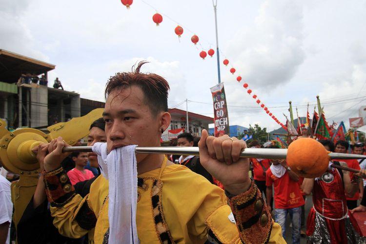Rangkaian atraksi tatung dalam puncak perayaan Cap Go Meh di Kota Singkawang, Kalimantan Barat, Jumat, (10/2/2017). Sebanyak 567 tatung turut berpartisipasi dalam perayaan budaya terbesar masyarakat Tionghoa di Kota Singkawang.