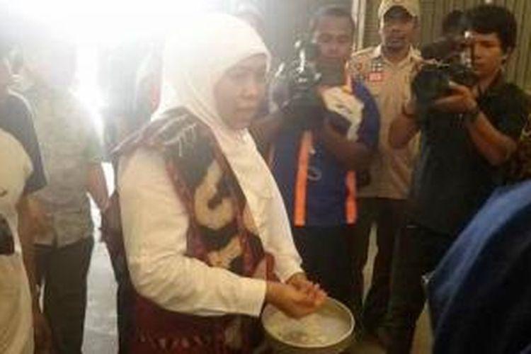 Menteri Sosial Khofifah Indar Parawansa saat meninjau Gudang Bulog Divre Alor, NTT, Jumat (28/8/2015).
