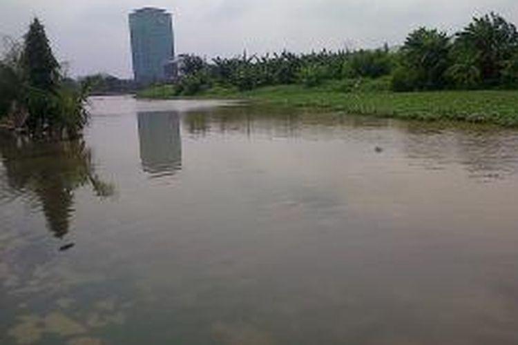 Air Waduk Riario kembali meluap sejak Rabu (5/2/2014) pagi. Meluapnya air sempat merendam pemukiman warga di bantaran waduk.