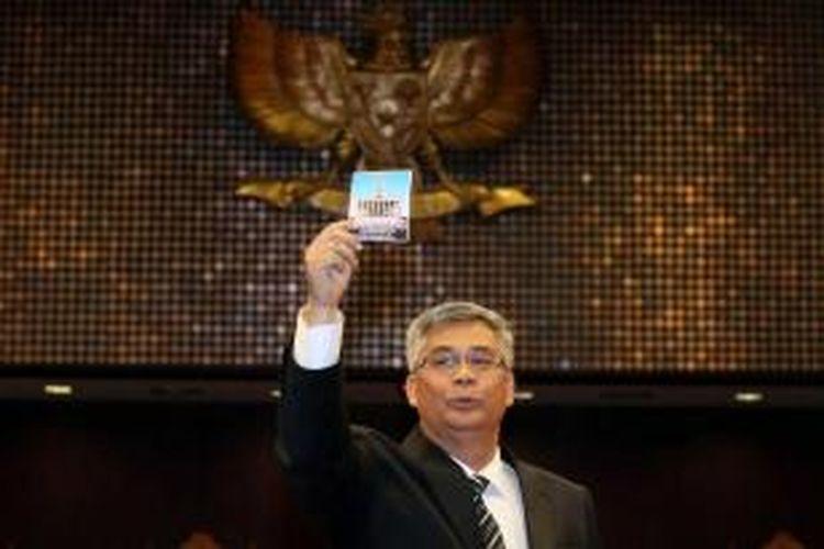 Akil Mochtar memberikan suaranya dalam pemilihan Ketua Mahkamah Konstitusi di ruang sidang utama Gedung MK, Jakarta, Rabu (3/4/2013). Akil terpilih melalui proses voting dalam tiga tahap, setelah proses musyawarah antar Hakim Konstitusi tidak mencapai aklamasi.