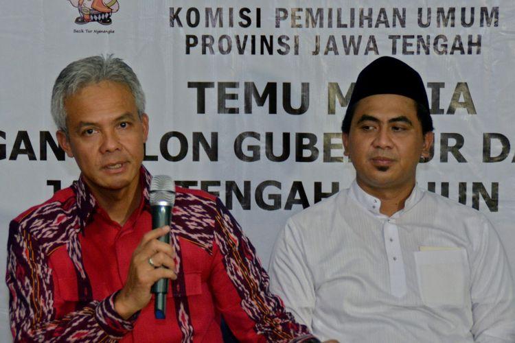 Bakal cagub-cawagub Jawa Tengah Ganjar Pranowo (kiri) dan Taj Yasin (kanan) menjawab pertanyaan wartawan saat konferensi pers usai mendaftar sebagai cagub-cawagub di Kantor KPU Jateng, di Semarang, Jawa Tengah, Selasa (9/1/2018). Ganjar Pranowo dan Taj Yasin diusung partai PDI Perjuangan, PPP, Nasdem dan Demokrat.