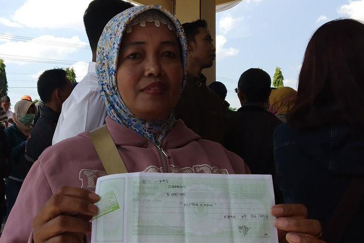 Korban dugaan penipuan investasi jamu herbal PT Krisna Alam Sejahtera menunjukkan kuitansi pembayaran syarat kemitraan di perusahaan tersebut, Senin (15/7/2019).