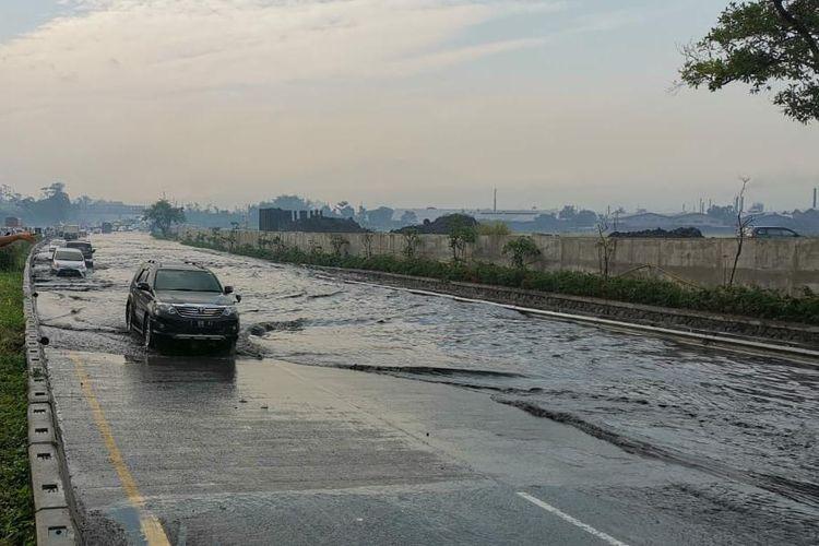 Terjadi genangan air sepanjang Jalan Tol Padaleunyi akibat adanya proyek pembangunan Kereta Cepat Jakarta-Bandung, Rabu (12/8/2020).