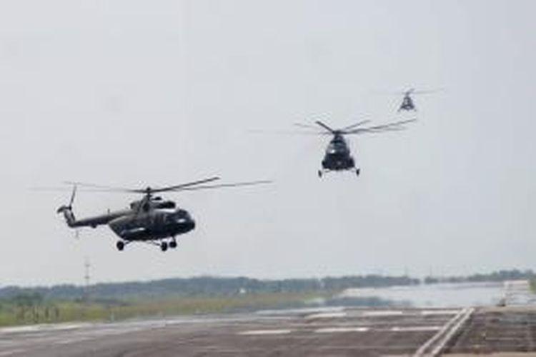 Helikopter MI-17 dari Skadron-31/Serbu Penerbad sesaat setelah berlatih formasi di atas langit Kota Semarang, Jawa Tengah, Senin (27/9/2010).