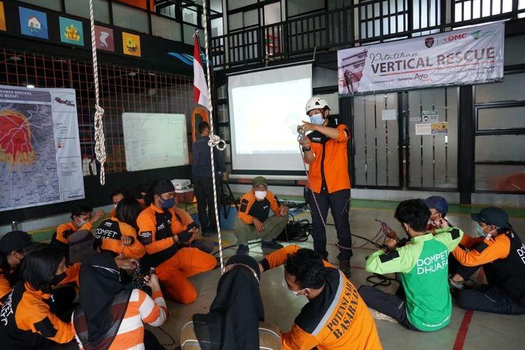 Dompet Dhauafa menggelar pelatihan vertical rescue untuk 15 relawan Ayo Tolong binaan DMC Dompet Dhuafa di Markas DMC di bilangan Ciputat, Tangerang Selatan, Rabu (31/3/2021).