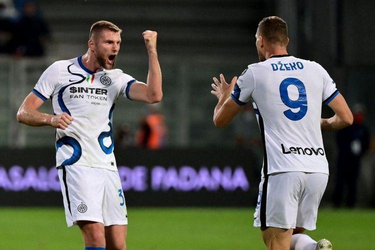 Duo pemain Inter Milan Edin Dzeko dan Milan Skriniar merayakan gol ke gawang Sassuolo pada laga lanjutan Serie A , Minggu (3/10/2021) dini hari WIB.