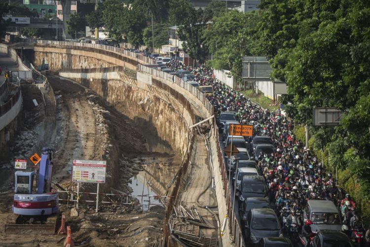 Sejumlah kendaraan terjebak kemacetan imbas pengerjaan proyek pembangunan underpass Mampang-Kuningan di Jalan Mampang Prapatan Raya, Jakarta, Selasa (31/10/2017). Gubernur DKI Jakarta Anies Baswedan mengatakan proyek pembangunan underpass Mampang-Kuningan yang memiliki panjang sekitar 800 meter dengan lebar 20 meter tertunda penyelesaiannya dari jadwal yang ditentukan yakni Desember 2017, dikarenakan ada masalah pada  saluran gas dan air minum yang ada di kawasan proyek, sehingga diperkirakan pembangunan underpass Mampang-Kuningan akan selesai pada April 2018.