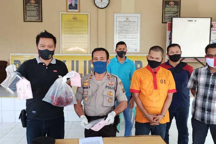 Kepala Unit Reserse Kriminal (Kanit Reskrim) Polsek Ilir Timur II Ipda Ledi saat melakukan gelar perkara terhadap tersangka Bagas Deri Indri Yawan (29) yang telah melakukan pembunuhan terhadap Dodi Saputra (27), Sabtu (30/5/2020).