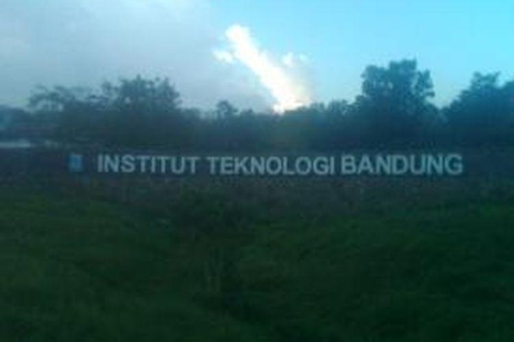 Tampak halaman depan kampus Institut Teknologi Bandung (ITB) di Jatinangor, Sumedang, Jawa Barat. Kampus seluas 46 ha ini dibangun menghabiskan dana sekitar Rp 350 miliar.