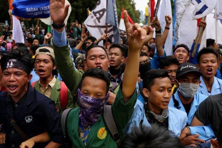 Mahasiswa menggelar unjuk rasa aksi bela rakyat 121 di sekitar istana negara, Jakarta Pusat, Kamis (12/1/2017). Aksi Bela Rakyat 121 ini digelar serentak di 19 titik di Indonesia. Mahasiswa menuntut pencabutan Peraturan Pemerintah Nomor 60 Tahun 2016 tentang kenaikan tarif atas jenis penerimaan negara bukan pajak (PNBP) yang berlaku pada Kepolisian Republik Indonesia dan menolak kenaikan tarif listrik golongan 900 VA serta memprotes kenaikan harga kebutuhan pokok pada awal 2017.