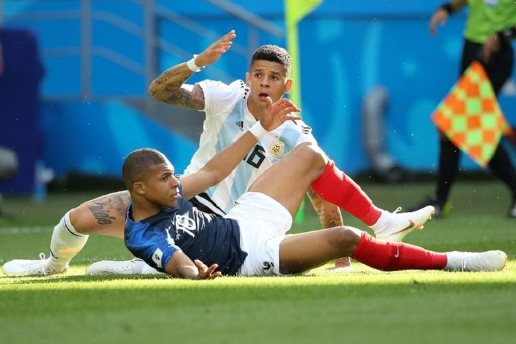 Kylian Mbappe dijatuhkan Marcos Rojo di kotak terlarang pada petrandingan Perancis vs Argentina di babak 16 besar Piala Dunia 2018 yang dilangsungkan di Kazan Arena, 30 Juni 2018.