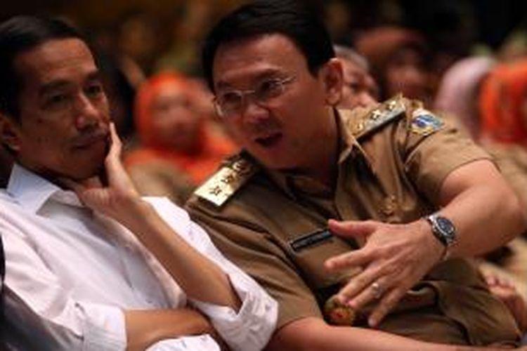 Gubernur DKI Jakarta, Joko Widodo berbincang dengan Wakil Gubernur Basuki Tjahaja Purnama seusai menandatangani komitmen dan sosialisasi pengendalian gratifikasi di Balaikota, Jakarta Pusat, Selasa (4/3/2014). Provinsi DKI Jakarta menempati posisi tertinggi pelaporan gratifikasi tahun 2013 yang mencapai 970 laporan. Warta Kota/angga bhagya nugraha