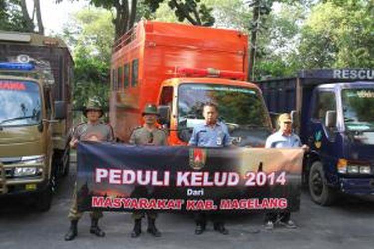 Petani Magelang mengirimkan bantuan berupa sayur mayur kepada korban erupsi Kelud di Kediri, Jawa Timur, Kamis (20/2/2014).