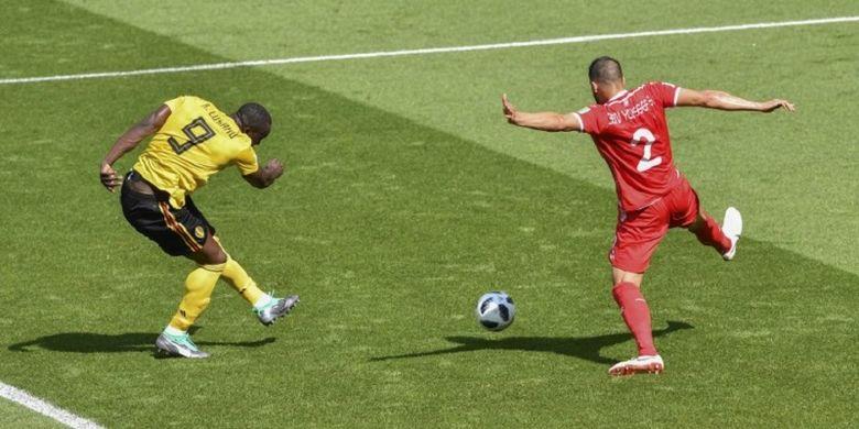 Penyerang Belgia, Romelu Lukaku, melepas tembakan ke arah gawang Tunisia pada pertandingan Grup G Piala Dunia 2018 di Moskwa, 23 Juni 2018.