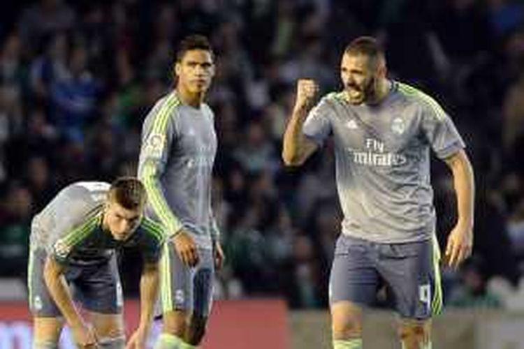 Karim Benzema meluapkan ekspresinya saat mencetak gol penyama kedudukan Real Madrid ke gawang Real Betis, Minggu (24/1/2016).