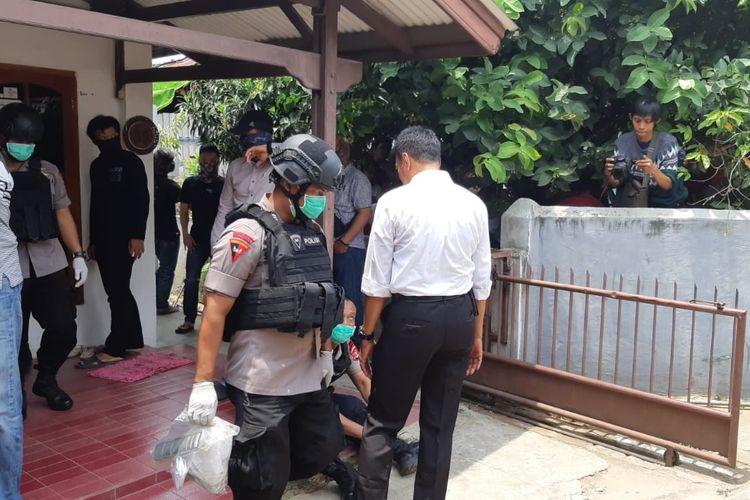 Seorang personel Tim Gegana Brimob Polda Lampung membawa plastik berisi bubuk yang diduga bahan peledak dari rumah kost terduga teroris berinisial SRF di Bandar Lampung, Senin (21/10/2019). SRF ditangkap bersama empat terduga teroris lainnya pada Senin (14/10/2019) pekan lalu.