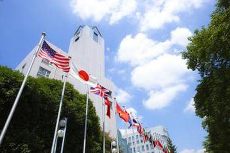 Suasana di Tokyo International University. Pemerintah Jepang saat ini terus mempermudah persyaratan masuk universitas dengan Examination for Japan University (EJU) dan memperbanyak program bahasa Inggris. Belum lagi skema beasiswa dan pengurangan biaya kuliah untuk siswa berprestasi.