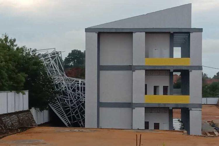 Angin kencang melanda wilayah Kabupaten Karimun, Kepulauan Riau (Kepri), Rabu (16/9/2020) dini hari tadi. Bahkan dari kejadian ini membuat bagian atap bangunan gedung SMA Negeri 5 Karimun yang berada di kelurahan Tebing Kecamatan Tebing berterbangan dan rusak.
