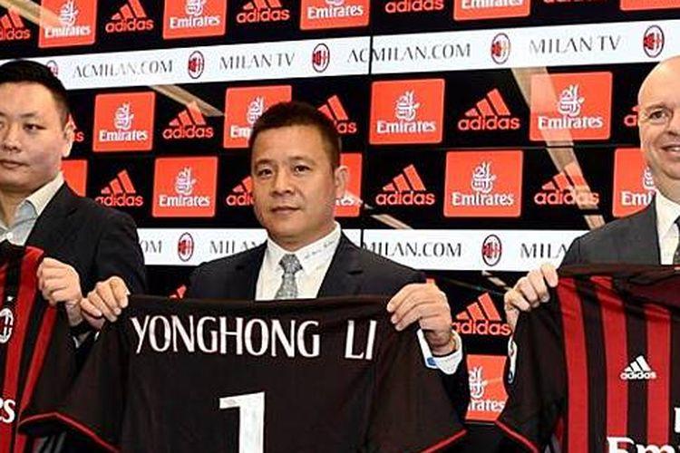 Li Yonghong (tengah) saat pengumuman akuisisi AC Milan dari Silvio Berlusconi, 2017 silam.