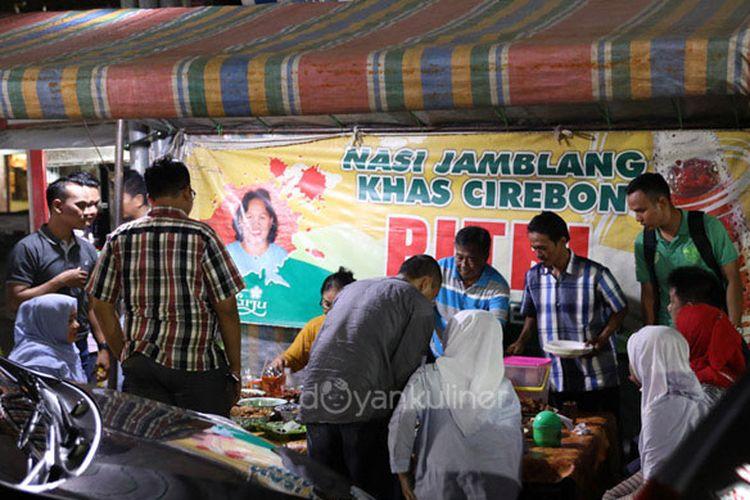 Nasi Jamblang Pitri di Cirebon berjualan dengan tenda dan jam bukanya malam sekitar pukul 19.00.