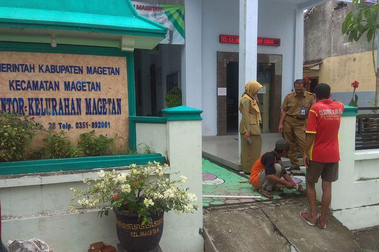 Kantor Kelurahan Magetan, meninggal karena serangan jantung  pemilik couter di Magetan ditolak wrga dimakamkan di Desa istrinya karena khawatir covid 19.