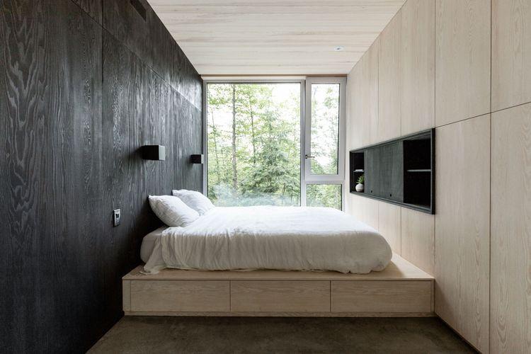 Sebuah Tempat tidur yang memaksimalkan ruang kosong dibawahnya sebagai tempat laci penyimpanan