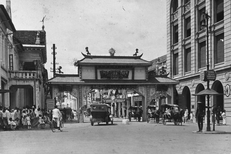 Gerbang kehormatan Tionghoa di Kesawan saat perayaan 25 tahun pemerintahan Ratu Wilhelmina ada September 1923.