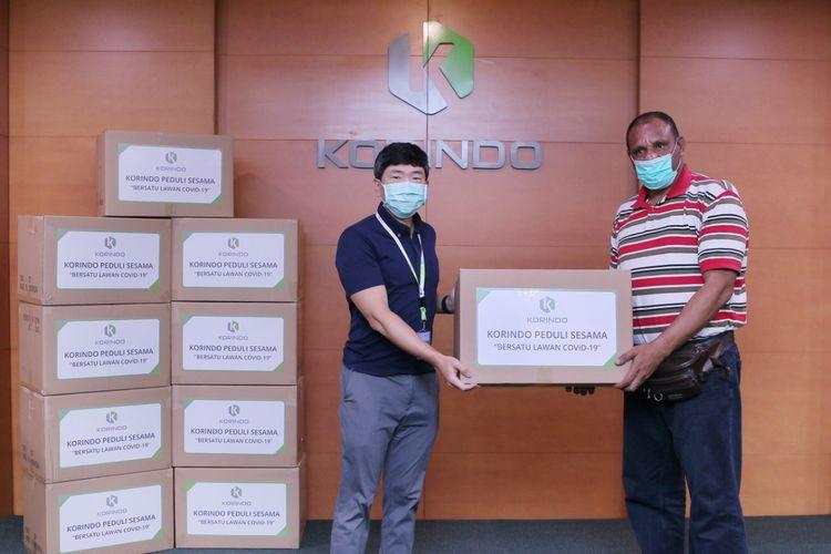 Korindo Group menyerahkan 3.500 Alat Pelindung Diri (APD) berupa baju hazmat bagi para tenaga kesehatan di Rumah Sakit Umum Daerah (RSUD) di Kabupaten Merauke, Boven Digoel, dan Mappi