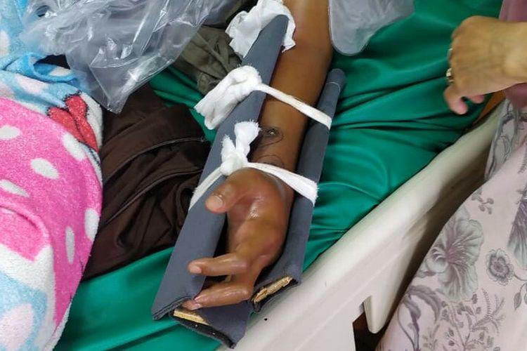 Seorang pria bernama Furqan Hidayatullah (28) tewas pada Jumat (23/4/2021) malam, setelah digigit ular kobran. Korban digigit ular kobra yang ingin memasuki rumah rekannya di kawasan Setu, Kecamatan Setu, Tangerang Selatan, Kamis (22/4/2021).