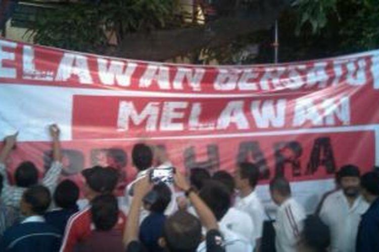 Ilustrasi: Para relawan pendukung capres-cawapres Joko Widodo-Jusuf Kalla menandatangani spanduk bertuliskan