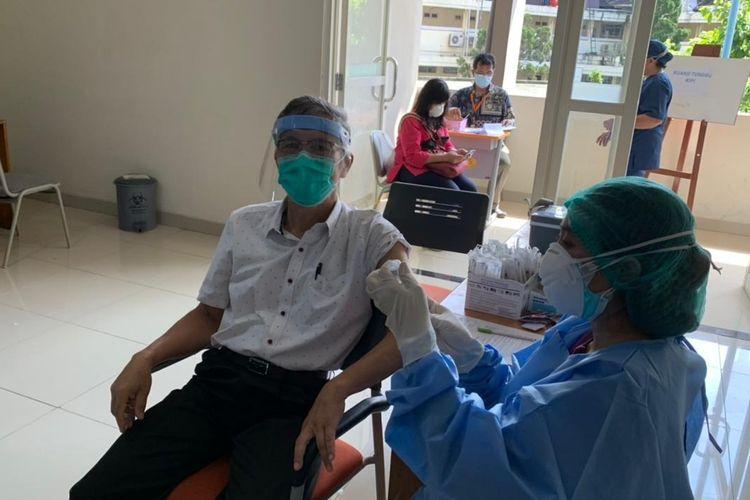 RSUP Haji Adam Malik mulai melakukan vaksinasi dosis ketiga atau vaksinasi booster Covid-19 bagi para tenaga kesehatan.