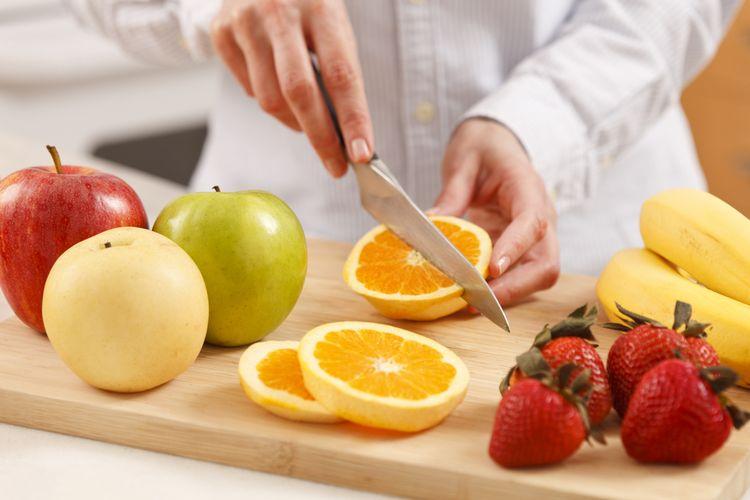 ilustrasi memotong buah