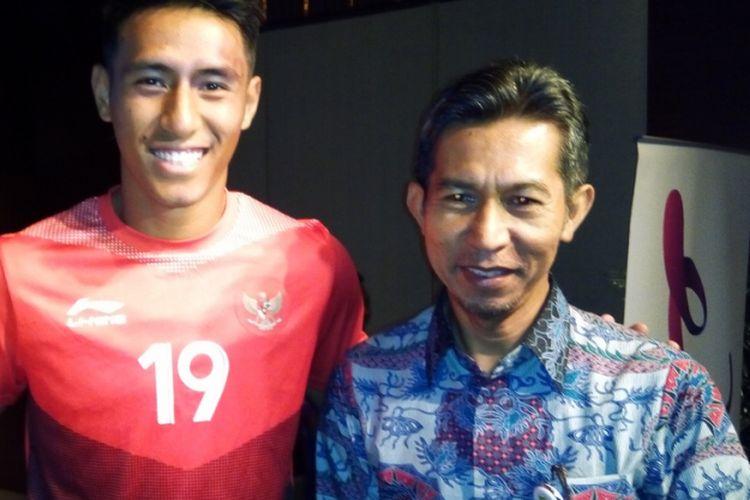 Pemain timnas sepak bola Indonesia Hanif Sjahbandi (kiri) berfoto dengan Wakil Kepala Sekolah SMAN 1 Babelan, Kabupaten Bekasi, Syahriaddin (kanan) saat penutupan kampanye Combhipar #IndonesiaKalahkanBatas di Jakarta, Selasa (25/9/2018).
