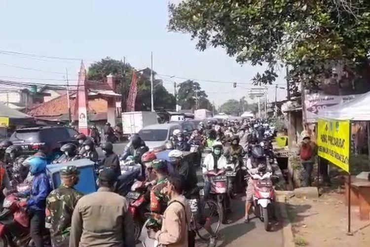 Tangkapan layar video kemacetan di Jalan Raya Jakarta-Bogor kawasan Pamulang akibat penyekatan di batas wilayah Depok - Tangerang Selatan, Senin (5/7/2021).