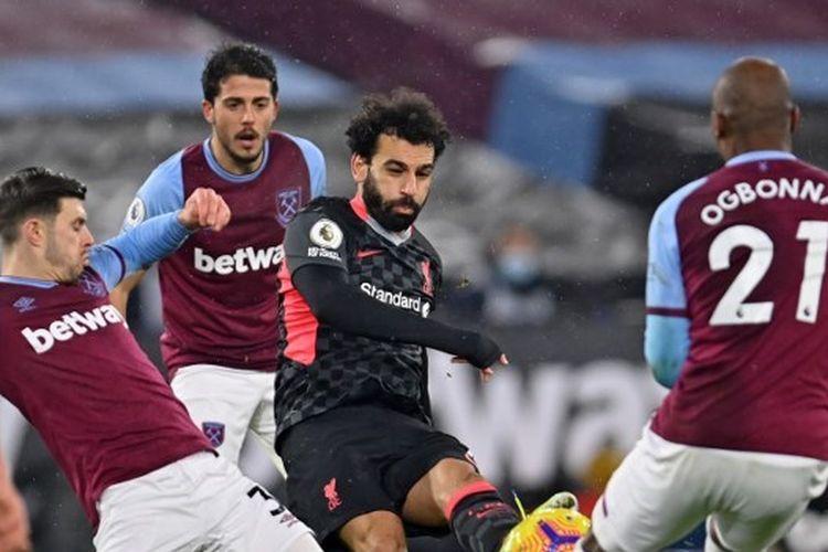 Penyerang Liverpool, Mohamed Salah, melepas tembakan yang menjebol gawang West Ham dalam laga Premier League 2020-2021 di Stadion London, 31 Januari 2021.