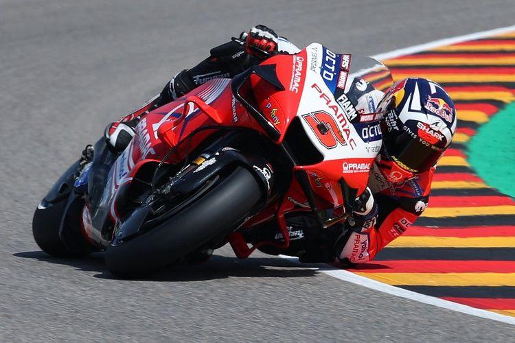 Johann Zarco saat sesi latihan bebas pada MotoGP Jerman 2021. (Photo by Ronny Hartmann / AFP)