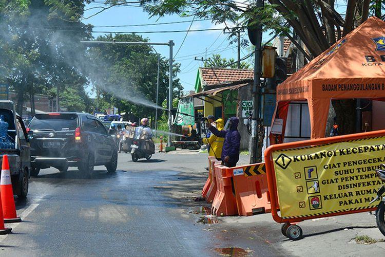 Penyemprotan disinfektan akan terus dilakukan selama PSBB di Surabaya.
