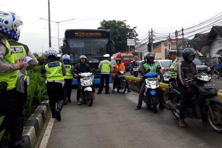 Sejumlah pengendara motor ditilang karena lewati jalur transjakarta di Jalan Jatinegara Barat, Bidara Cina, Jakarta Timur, Rabu (30/1/2019)