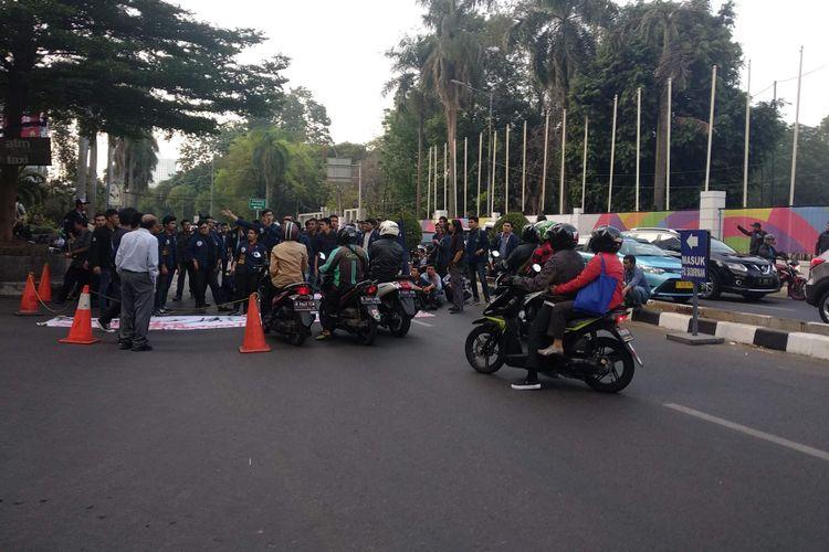 Mahasiswa Universitas Trisakti menutup Jalan Pintu 1 Senayan, Rabu (3/10/2018).