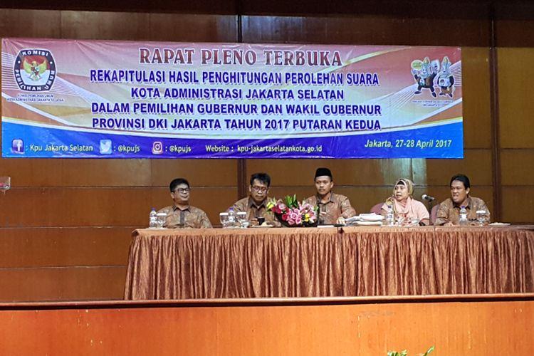 KPU Jakarta Selatan menggelar rapat pleno rekapitulasi hasil penghitungan suara putaran kedua Pilkada DKI Jakarta 2017 di Hotel Bidakara, Jakarta Selatan, Kamis (27/4/2017)